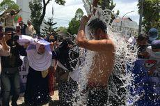 Protes Banjir Rob Bertahun-tahun, Warga Belawan Mandi Air Laut di Depan Kantor Gubernur Sumut