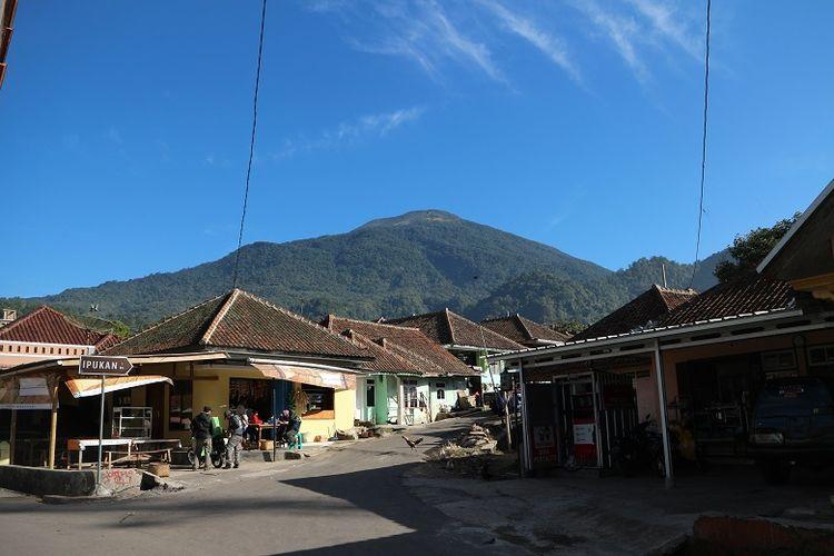Panorama Gunung Ciremai dari Base Camp Palutungan di Desa Cisantana, Kecamatan Cigugur, Kabupaten Kuningan, Jawa Barat. Gunung Ciremai merupakan gunung tertinggi di Jawa Barat yang memiliki ketinggian 3.078 meter di atas permukaan laut (mdpl).