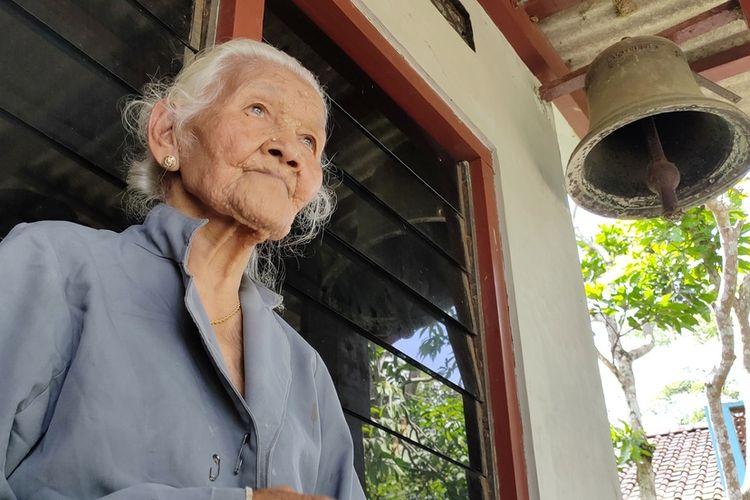 Mbah Wiryo, panggilan warga pada nenek Wakiyah (94), di Pedukuhan Kajoran, Kalurahan Banjaroya, Kapanewon Kalibawang, Kulon Progo, Daerah Istimewa Yogyakarta. Puluhan tahun membunyikan lonceng penanda waktu berdoa umat Katolik yang berada di salah satu sisi Bukit Menoreh.
