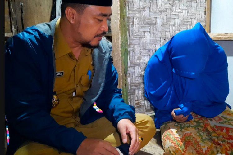 Wakil Bupati Tasikmalaya Deni Rhamdani Sagara saat mengunjungi keluarga Emin di Kampung Jeruk Mipis, Desa Ciroyom, Kabupaten Tasikmalaya, Senin (8/3/2021).