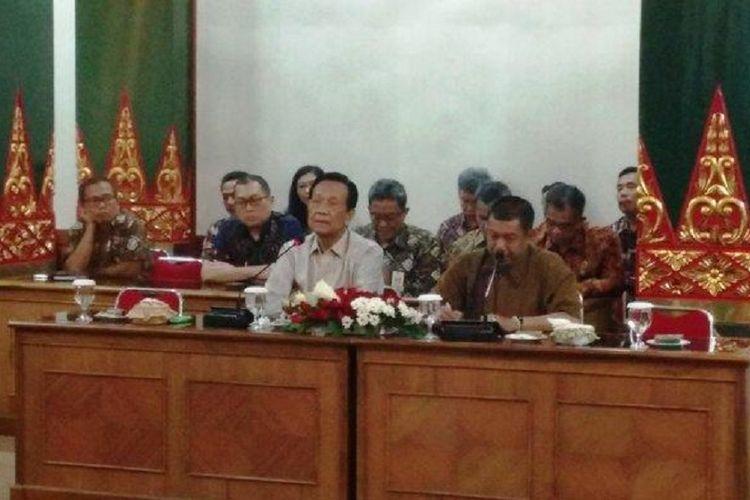 Gubernur DIY Sri Sultan Hamengku Buwono X bersama Wali Kota Yogyakarta Haryadi Suyuti saat menggelar jumpa pers mengenai pemotongan nisan salib di Kotagede, Kamis (20/12/2018).