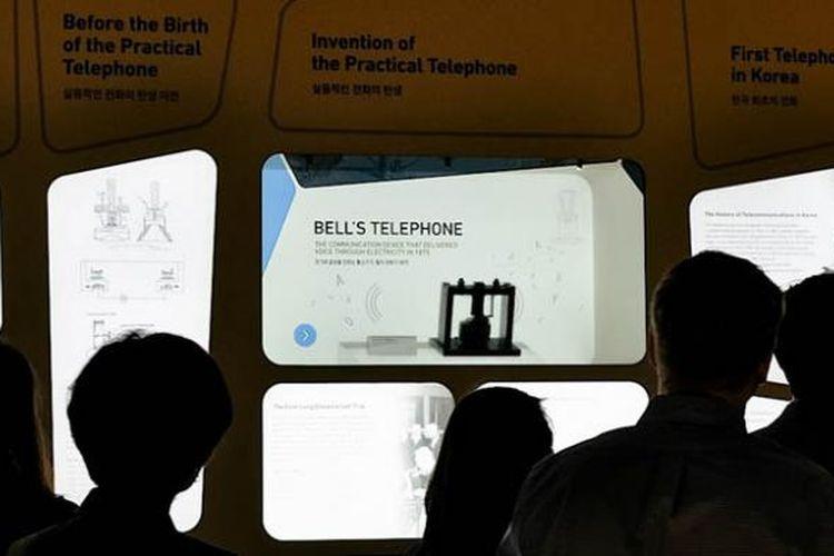 Museum inovasi Samsung memajang telepon pertama yang dirancang oleh Alexander Graham Bell pada 1875.
