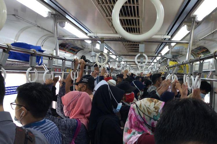 Suasana mengheningkan cipta di KRL tujuan Bogor - Kota dalam rangka mengenang jasa para pahlawan pada Selasa (10/11/2020) pukul 08.15 WIB. Ajakan mengheningkan cipta dilontarkan lewat pengeras suara di dalam kereta.