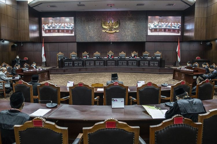 Suasana sidang Pengujian Materiil Peraturan Pemerintah Pengganti Undang-Undang Republik Indonesia Nomor 1 Tahun 2020 di Mahkamah Konstitusi, Jakarta, Selasa (28/4/2020). Sidang yang beragendakan pemeriksaan pendahuluan tersebut membahas tentang kebijakan keuangan negara dan stabilitas keuangan untuk penanganan pandemi Corona Virus Disease 2019 (COVID-19) dan/atau dalam rangka menghadapi ancaman yang membahayakan perekonomian nasional dan/atau stabilitas sistem keuangan terhadap UUD 1945. ANTARA FOTO/Aprillio Akbar/foc.
