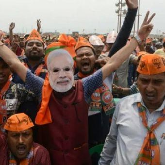 Pendukung Partai Bharatiya Janata (BJP) India meneriakkan slogan-slogan mendukung petahana Perdana Menteri India Narendra Modi di Siliguri pada 3 April 2019. (AFP/DIPTENDU DUTTA)