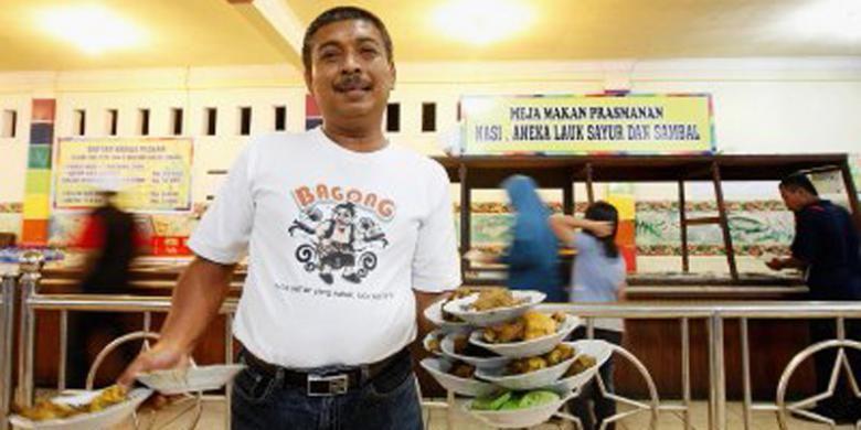 Rusdi, pemilik Rumah Makan Taman Selera di jalur pantura, Indramayu, Jawa Barat.