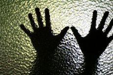 Pria Berhelm Terekam Masturbasi di Depan Anak yang Sedang Bermain