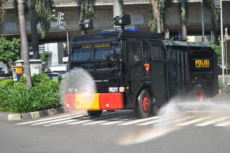 Penyemprotan disinfektan di wilayah Jakarta Barat