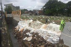 TPU Grogol Longsor karena Banjir, Pagar Pembatas Makam Ambruk