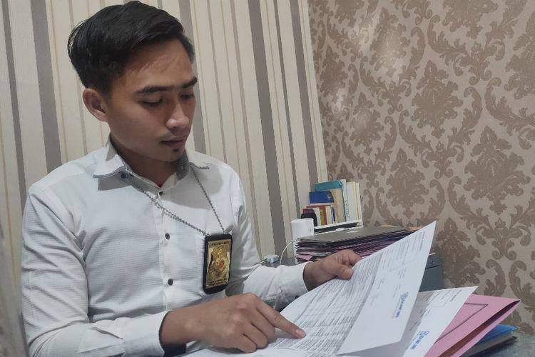 Kanit III Satreskrim Polres Tegal Kota Ipda Yunus Al Imron saat membaca rekening koran milik tersangka karyawati bank penggelap uang nasabah, di Mapolres Tegal Kota, Senin (15/6/2020)