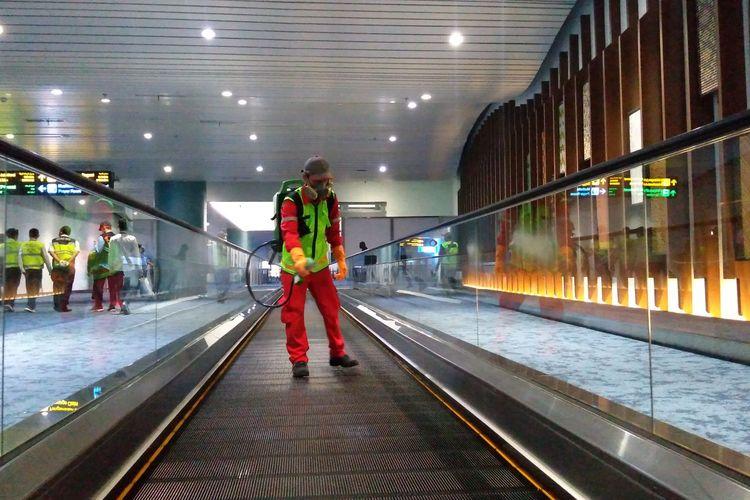 Petugas penyemprotan disinfektan di Terminal 3 Kedatangan Internasional Bandara Soekarno-Hatta, Kamis (5/3/2020)