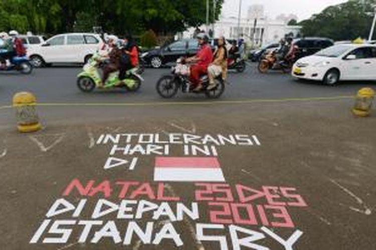 Jemaat Gereja Yasmin dan HKBP Filadelfia kembali menggelar ibadah di depan Istana Merdeka, Jakarta, Rabu (25/12/2013) karena kasus pembangunan gereja yang tidak kunjung selesai.