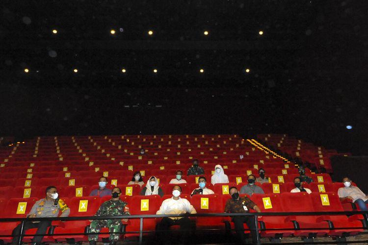 Wali Kota Surabaya Eri Cahyadi bersama Forum Komunikasi Pimpinan Daerah (Forkopimda) melakukan inspeksi mendadak (sidak) ke salah satu bioskop di Tunjungan Plaza, Surabaya, Sabtu (3/4/2021) malam.