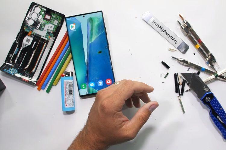 Potongan video uji gores layar Galaxy Note 20 Ultra oleh YouTuber JerryRigEverything