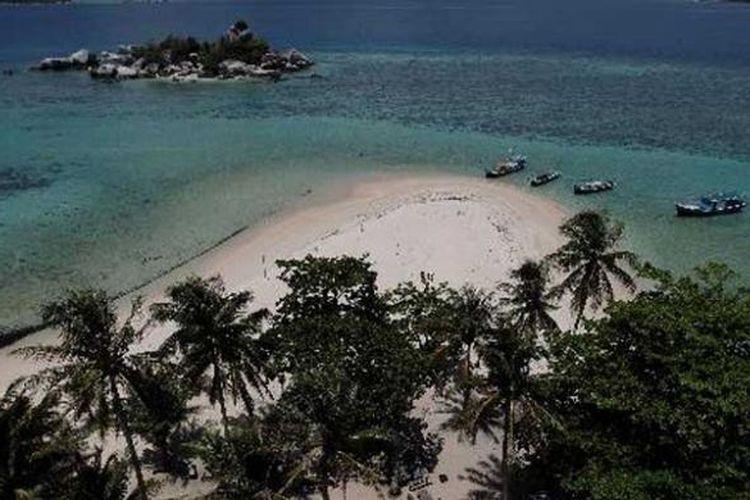 Pemandangan pantai dari atas mercusuar di Pulau Lengkuas, Belitung, Jumat (15/4/2011). Belitung terkenal dengan lokasi wisata yang memiliki keindahan pantai pasir putih berbatu granit artistik menjadi daya tarik wisatawan untuk berkunjung.