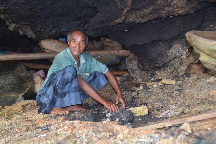 La Udu memasak dengan menggunakan panci di dalam gua. Setiap hari ia harus memasak nasi dengan membeli beras dari hasil jualan ikannya.