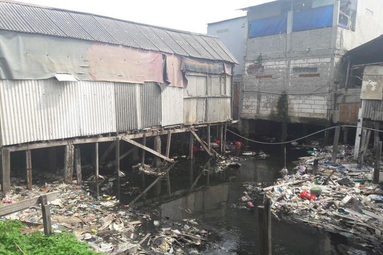 Sejumlah rumah warga berdiri di atas kali yang dipenuhi sampah di RW 17, Penjaringan, Jakarta Utara, Selasa (13/2/2018)