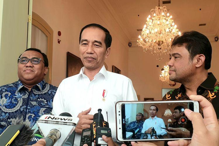Presiden Joko Widodo (tengah) didampingi Presiden Konfederasi Serikat Pekerja Seluruh Indonesia (KSPSI) Andi Gani Nuwa Wea (kiri) dan Presiden Konfederasi Serikat Pekerja Indonesia (KSPI) Said Iqbal memberikan keterangan kepada wartawan usai melakukan pertemuan di Istana Bogor, Jawa Barat, Senin (30/9/2019). Pertemuan presiden dengan pimpinan konfederasi buruh tersebut membahas kondisi investasi dan ketenagakerjaan. ANTARA FOTO/Bayu Prasetyo/wpa/aww.