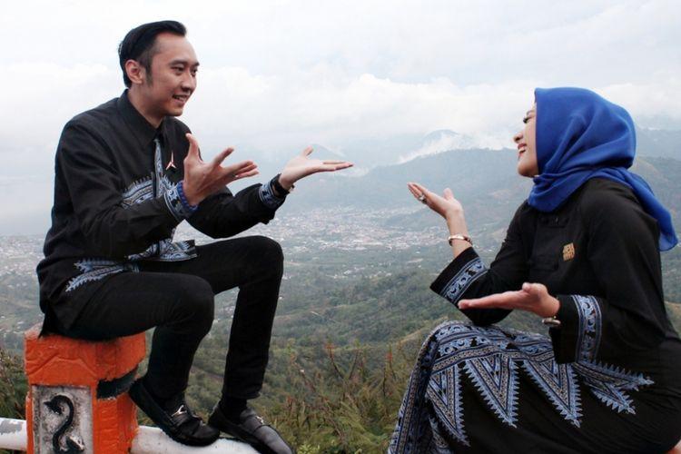 Edhie Baskara Yudhoyono (Ibas) beserta istri, Siti Ruby Aliya Rajasa (Aliya), saat berada di atas ketinggian puncak Bur Pantan Terong, sebuah perbukitan dengan lanskap Danau Laut Tawar yang dikelilingi pengunungan.