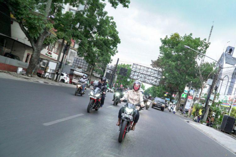 Istri Gubernur Jawa Barat Ridwan Kamil, Atalia Praratya saat mengendarai motor sport. Saat ini, Atalia tengah mencintai hobi barunya mengendarai motor sport.