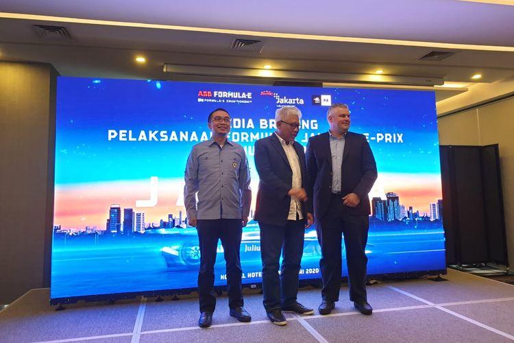 Ketua Ikatan Motor Indonesia (IMI) Sadikin Aksa (kiri), Direktur Utama PT Jakarta Propertindo Dwi Wahyu Daryoto (tengah), dan perwakilam FEO (Formula E Operation) Nuno Fernandez (kanan) dalam acara Media Briefing Pelaksanaan Formula E Jakarta 2020 di Novotel Hotel, Cikini, Jakarta Pusat, Jumat (14/2/2020).