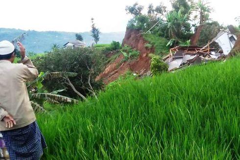 Video Detik-Detik Rumah Ambruk di Cianjur, Awalnya Miring Menggantung di Tebing, lalu Rata dengan Tanah