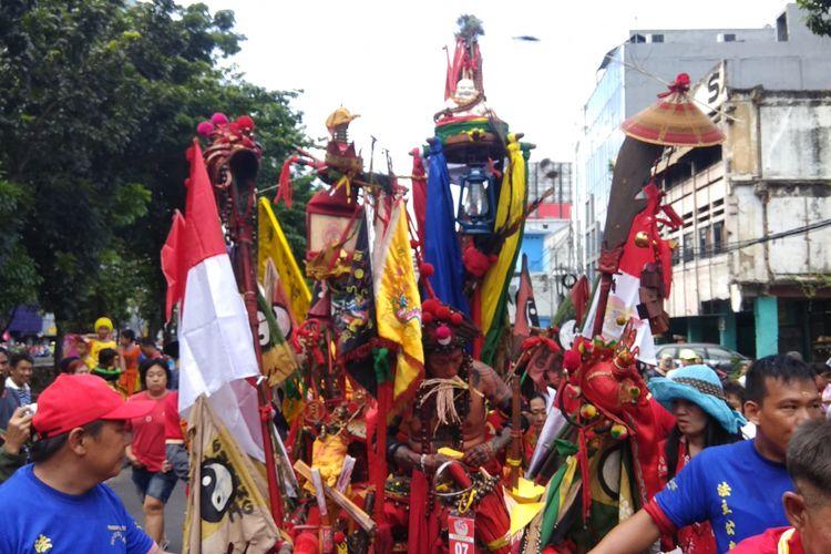 Atraksi tatung, dewa-dewa dari kelenteng dan vihara, barongsai, paskibra, dan atraksi lain memeriahkan acara karnaval Cap Go Meh Jakarta, Minggu (4/3/2018).