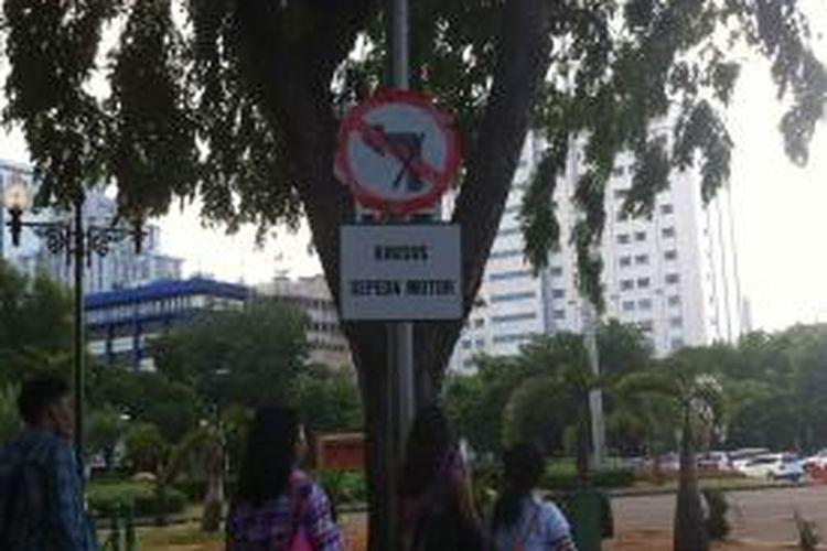 Rambu larangan sepeda motor di Jalan Medan Merdeka Utara yang menuju Jalan Medan Merdeka Barat, Senin (15/12/2014).