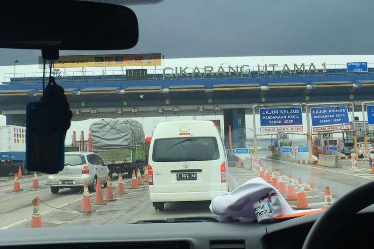 Suasana lalu lintas di Tol Jakarta-Cikampek, Jumat (25/5/2018).