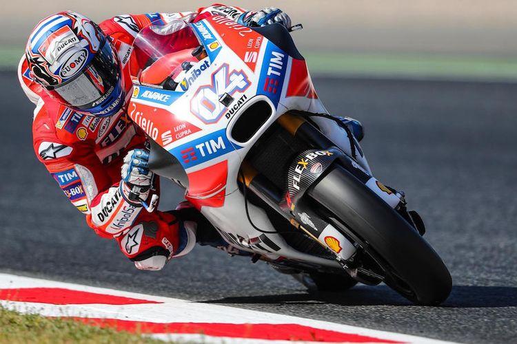 Pebalap Ducati Team asal Italia, Andrea Dovizioso, memacu motornya pada sesi kualifikasi GP Catalunya di Circuit de Barcelona, Montmelo, Minggu (11/6/2017).