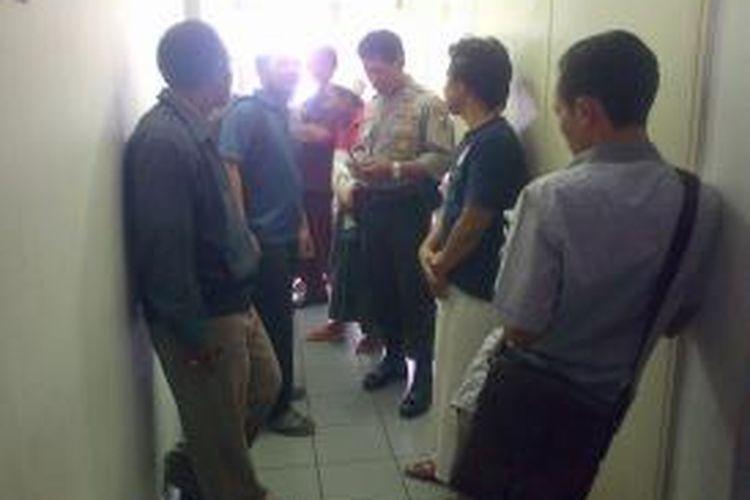 Keluarga korban penembakan menunggu korban di RSU dr Soetomo Surabaya.