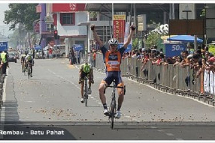 Pebalap Loh Sea Kong dari tim OCBC Singapura saat memasuki finis tahap 2 Jelajah Malaysia 2013, Kamis (27/6/2013).