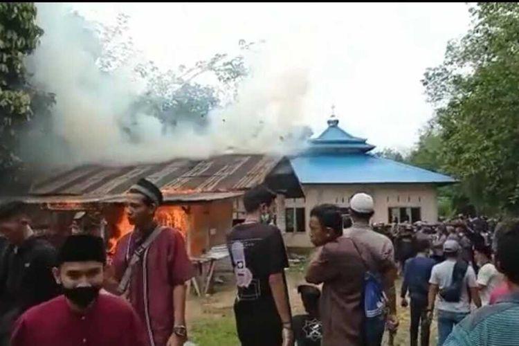 Sejumlah massa mendatangi jemaah Ahmadiyah di Desa Balai Harapan, Kecamatan Tempunak, Kabupaten Sintang, Kalimantan Barat (Kalbar), Jumat (3/9/2021) siang. Dalam peristiwa tersebut, bangunan masjid mengalami kerusakan karena dilempar dan bangunan belakang masjid dibakar massa.