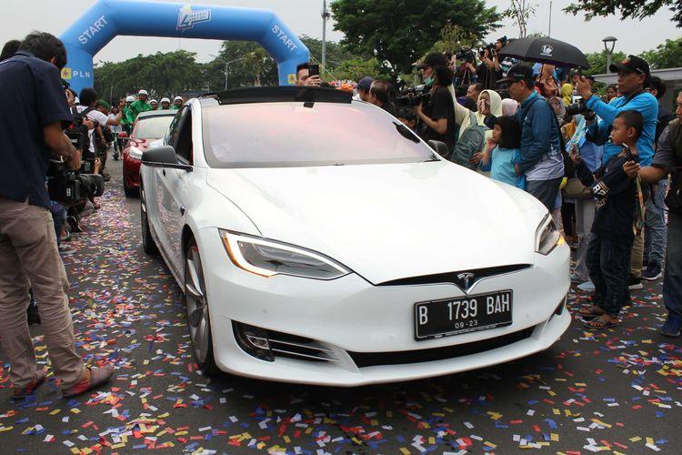 Mobil elektrik Tesla dihadirkan di Festival Jakarrta Langit Biru, Bundaran Senayan, Jakarta Pusat, Minggu (27/10/2019). Kampanye tersebut bertujuan mengenalkan kendaraan listrik yang ramah lingkungan guna mengurangi polusi udara.