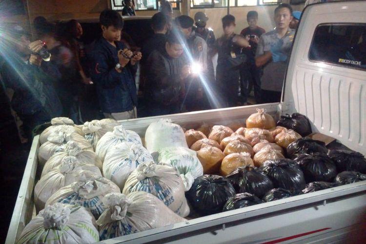 Barang bukti mie berformalin yang siap diedarkan ke pasaran yang diamankan tim Bareskrim Polri bersama jajaran Polres Cianjur dari sebuah pabrik di wilayah Cikalongkulon, Cianjur, Jawa Barat yang digerebek, Selasa (17/09/2019) petang.