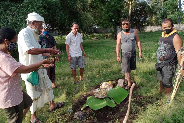 Penguburan mayat bayi laki-laki yang ditarik biawak diBanjar Dinas Kembang Sari, Desa Pemuetran, Kecamantan Gerokgak, Buleleng, Bali, Minggu (7/6/2020) siang.