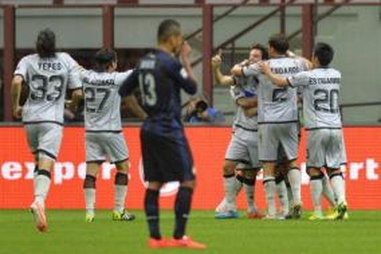 Para pemain Atalanta merayakan gol yang dicetak ke gawang Inter Milan pada laga Serie-A di Stadion Giuseppe Meazza, Milan, Minggu (23/3/2014).