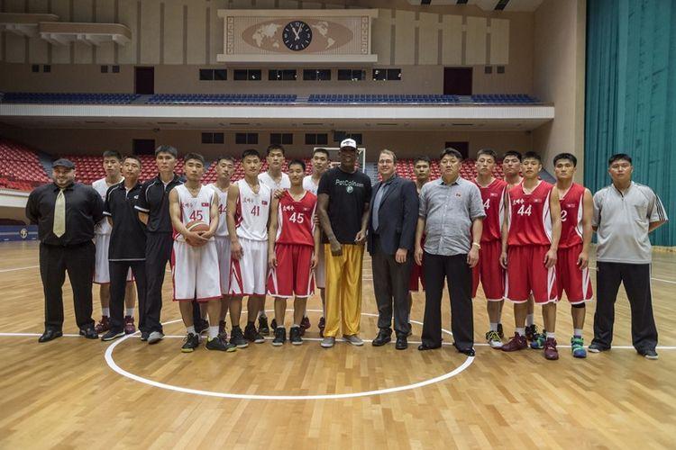 Mantan pebasket NBA Dennis Rodman (tengah) berfoto bersama para atlet basket Korea Utara di sebuah stadion di Pyongyang, Kamis (15/6/2017).