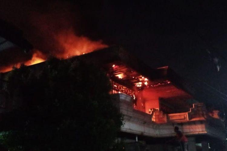 Kebakaran melanda sebuah rumah kosong di Jalan Jayakusuma RT 02 RW 01, Makassar, Jakarta Timur pada Sabtu (4/7/2021) malam.