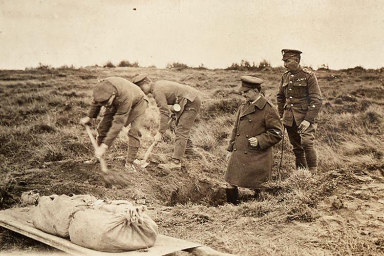 Los soldados desentierran cadáveres en el frente occidental (1919) para seleccionar soldados no identificados.