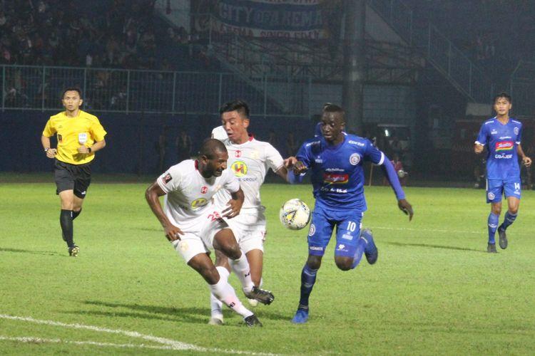 Gelandang serang Arema FC Makan Konate saat tampil melawan Barito Putera dalam babak penyisihan Grup E Piala Presiden 2019