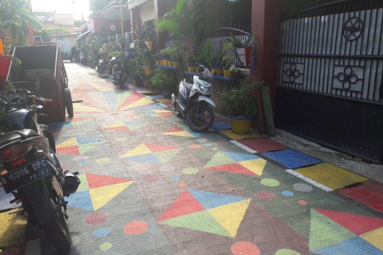 Motif warna-warni menghiasi jalan di Gang Nangka, Papanggo, Jakarta Utara