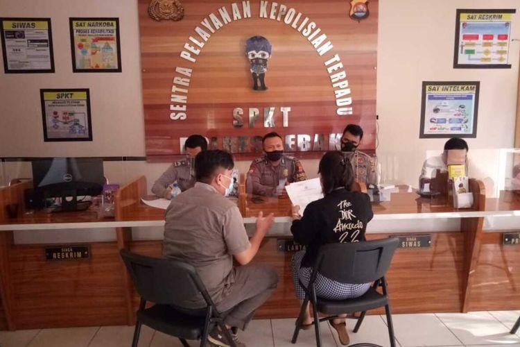 DWS atau ED saat melaporkan suaminya yang merupakan anggota DPRD ke Polres Lebak, Sabtu (4/8/2021).