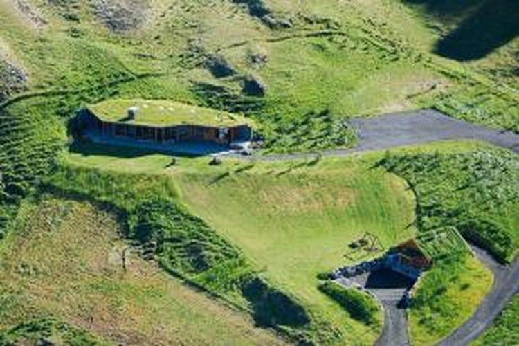 Hampir seluruh fasad rumah ini tertutup oleh rumput. Meski terlihat seperti bentangan lahan rerumputan, rumah ini memiliki pemandangan lembah yang luar biasa indah.