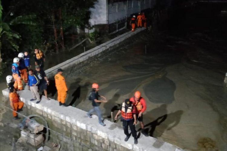Bangunan penahan lumpur di proyek gedung di Jalan Sukomanunggal Surabaya