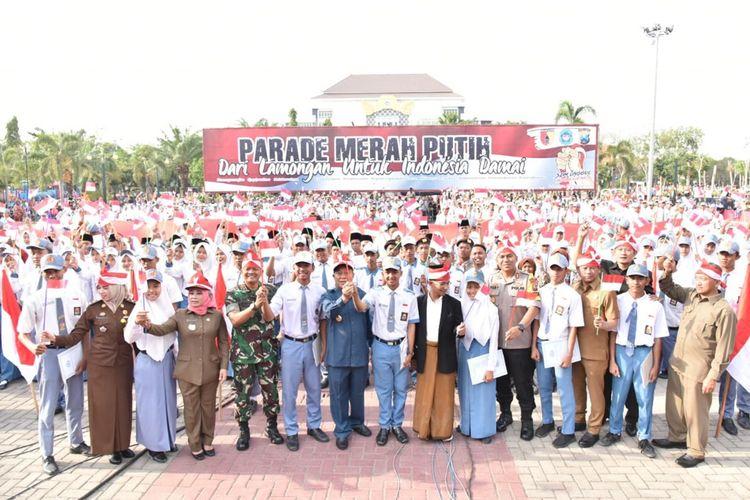 Aparat keamanan, unsur pemerintahan, pelajar, dan berbagai elemen lain yang ada di Lamongan, turut serta dalam agenda parade merah-putih.