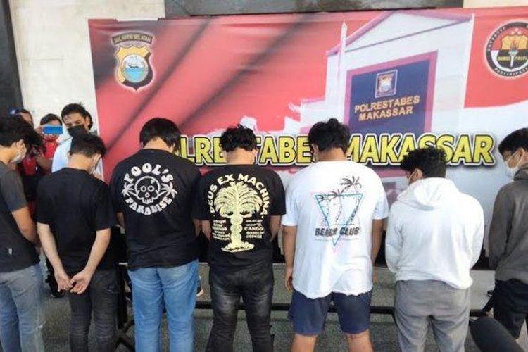 Sebanyak delapan remaja ditangkap polisi karena diduga terlibat dalam pertarungan jalanan di Kota Makassar, Sulawesi Selatan, saat diperlihatkan ke awak media dalam konferensi pers, Rabu (4/8/2021).
