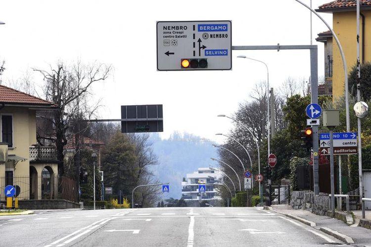 Kehidupan sehari-hari di Nembro, salah satu kota yang paling terkena dampak virus, selama penguncian nasional Covid-19 Coronavirus, Italia, 15 Maret 2020 EPA-EFE/STEFANO CAVICCHI
