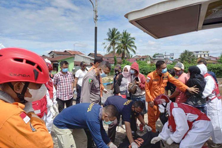 Sebanyak 14 kapal nelayan tenggelam dan 136 anak buah kapal (ABK) hilang setelah dihantam badai di perairan Kalimantan Barat (Kalbar), Indonesia, Rabu (14/7/2021) dini hari. Dalam proses pencarian dan penyelataman, hingga Kamis (15/7/2021) pukul 18.00 WIB, dari 136 awak kapal, ditemukan selamat 80 orang, dalam pencarian 47 orang, meninggal dunia 8 orang dan belum teridentifikasi 1 orang.
