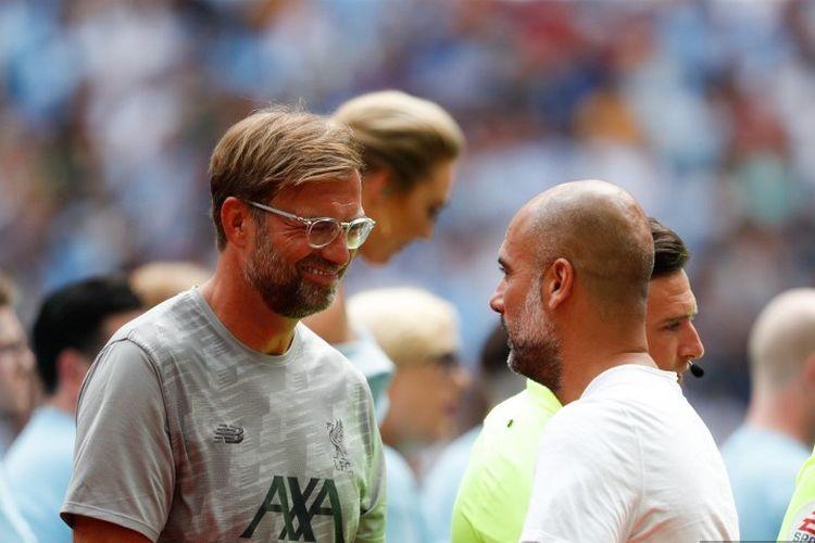 Manajer Liverpool, Juergen Klopp, berbicara dengan pelatih Manchester City, Pep Guardiola, jelang pertandingan Liverpool vs Man City dalam Community Shield 2019 di Stadion Wembley, 4 Agustus 2019.